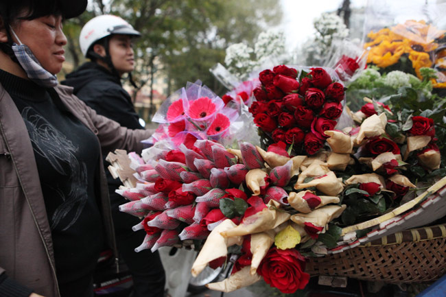 """""""Soái ca"""" tấp nập ra phố mua hoa ngày 8.3 - 9"""