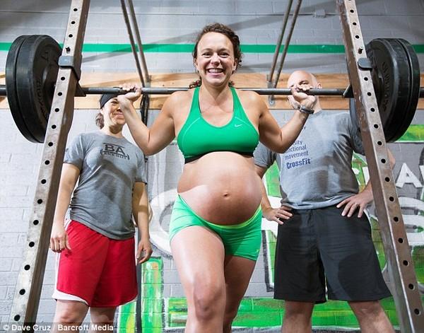 4 bà mẹ bị chỉ trích vì tập nặng giữ dáng khi có bầu - 4