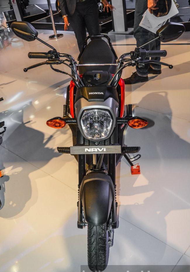 Phía trước xe với cặp xi-nhan có mặt đèn màu đỏ, hai viền đỏ hai bên tạo độ tương phản với nền đen, giúp cho Honda Navi nhìn mạnh mẽ hơn.