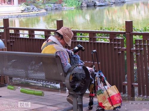 Chị gái Châu Nhuận Phát ngủ gục ở công viên - 3