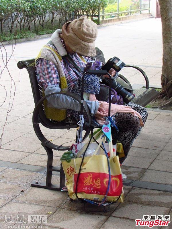Chị gái Châu Nhuận Phát ngủ gục ở công viên - 2