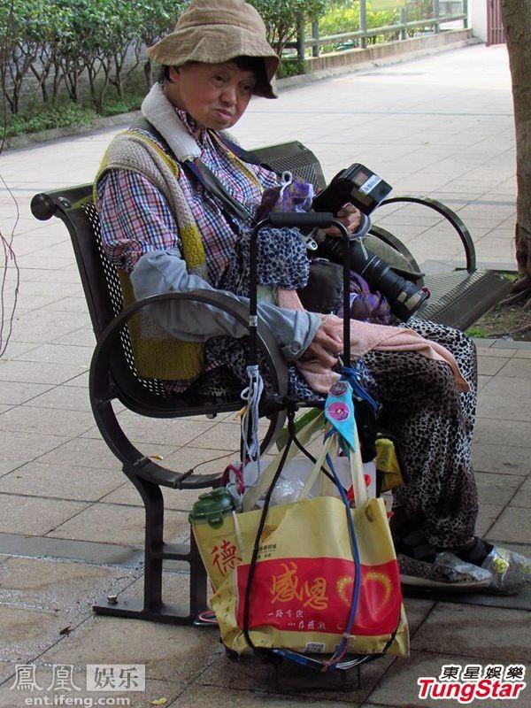 Chị gái Châu Nhuận Phát ngủ gục ở công viên - 1
