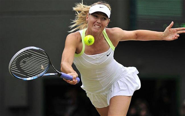 """Cựu tay vợt Maria Sharapova từng được huyền thoại tennis Mỹ John McEnroe bình luận là  """" một trong những tay vợt tốt nhất mà ông từng chứng kiến """" . Sharapova gây sốc khi đánh bại Serena Williams để lần đầu tiên vô địch Wimbledon 2004.  Năm 2005, cô lần đầu tiên trở thành tay vợt số 1 và có 21 tuần liên tiếp giữ vị trí số 1 thế giới. Mặc dù gặp rất nhiều chấn thương trong sự nghiệp, Sharapova tuy nhiên trong 12 năm thi đấu chuyên nghiệp không năm nào  Búp bê Nga  không giành được danh hiệu WTA. Trong đó đáng kể nhất là 5 chức vô địch Grand Slam, chỉ xếp sau Serena và Venus Williams những tay vợt cùng thời."""