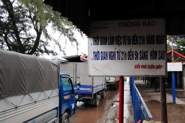 Cầu An Thái tê liệt, ô tô xếp hàng 3 tiếng để lên phà - 1