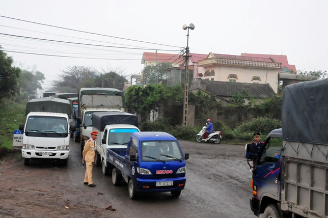 Cầu An Thái tê liệt, ô tô xếp hàng 3 tiếng để lên phà - 3