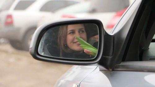 CSGT chặn xe phụ nữ để… tặng hoa nhân ngày 8/3 - 9
