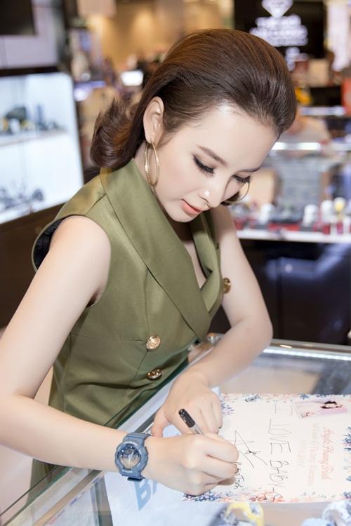 Angela Phương Trinh kín đáo vẫn rạng ngời xinh đẹp - 8