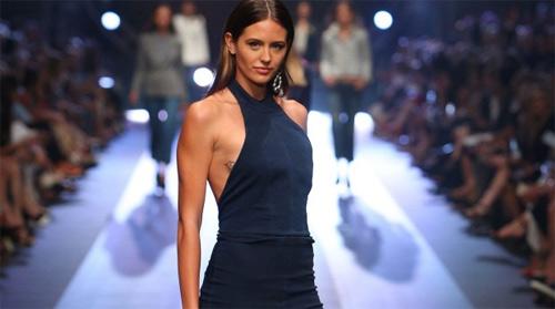 Hoa hậu Hoàn vũ Úc bối rối vì tuột khóa trên sàn diễn - 1