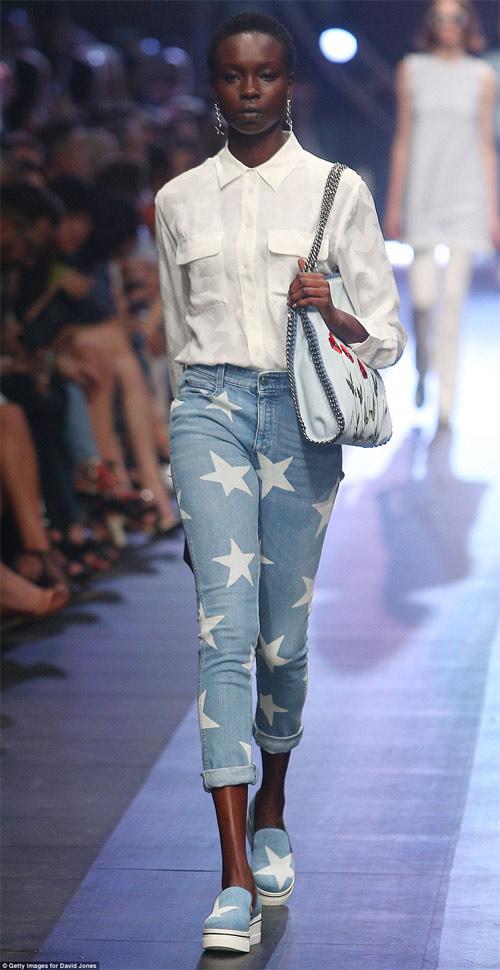 Hoa hậu Hoàn vũ Úc bối rối vì tuột khóa trên sàn diễn - 13