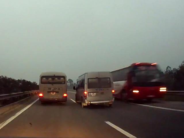 Xe khách chạy ngược chiều cao tốc HN-LC bị phạt 8,5 triệu - 1