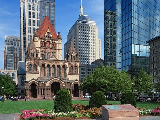 Nhà thờ Chúa Ba Ngôi (Boston, Massachusetts): Công trình kiến trúc tôn giáo này được xây xong từ năm 1877, nhưng ngọn nguồn của nó lại gắn với xứ đạo của những người di cư từ châu Âu đến từ năm 1733 tức là cách đây gần 3 thế kỷ. Đến nay, nhà thờ lộng lẫy và hoành tráng này đã trở thành niềm tự hào của giáo dân Mỹ và luôn luôn mở cửa cho du khách. Phía trước sân nhà thờ là cỏ xanh xung quanh một vườn ươm vườn, mát mắt, mang lại cảm giác thoải mái cho khách trong những ngày nóng.