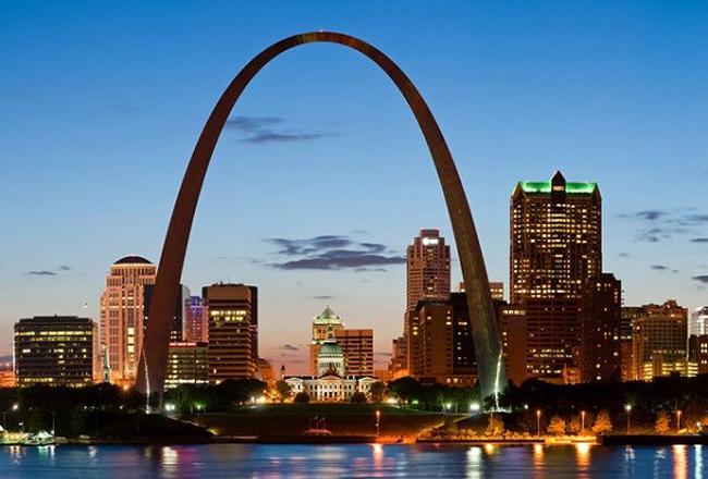 Cổng hình cung Arch (St. Louis, Missouri): Cao hơn cả Tượng Nữ Thần Tự Do, Kim Tự Tháp, và Tháp Eiffel, Gateway Arch(Cổng hình cung Arch) như một cái cửa lớn cao vút tầng mây chế bằng thép không gỉ sáng lấp lánh, có hình dáng của đường cầu vồng, biểu tượng cho hy vọng nối với tương lai, là sự làm lành giữa thượng đế và loài người. Gateway Arch còn được tạp chí du lịch  Travel and Leisure  bầu chọn là nơi được thăm viếng nhiều nhất thế giới sau công viên giải trí Disney World, Disneyland và Tháp Eiffel.