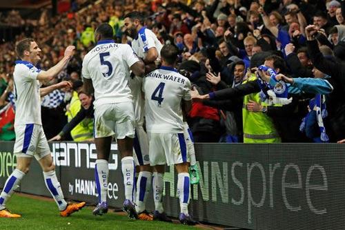 Nghe lời vợ, fan rút tiền sớm cửa Leicester vô địch - 1