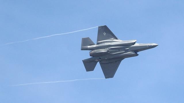 Máy bay chiến đấu đắt nhất của Mỹ gặp lỗi nghiêm trọng - 1