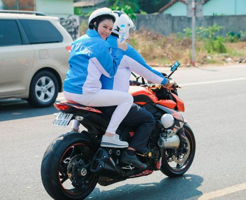 Lý Nhã Kỳ ngồi mô tô thể thao gây chú ý đường đua - 7