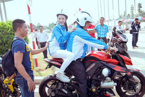 Lý Nhã Kỳ ngồi mô tô thể thao gây chú ý đường đua - 2