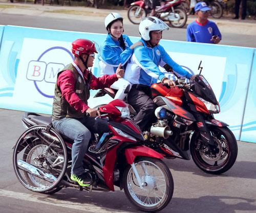 Lý Nhã Kỳ ngồi mô tô thể thao gây chú ý đường đua - 3