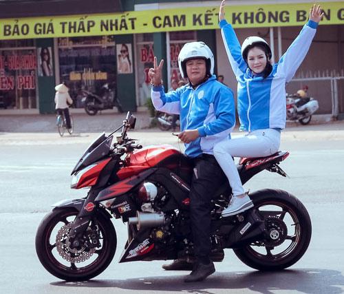 Lý Nhã Kỳ ngồi mô tô thể thao gây chú ý đường đua - 4