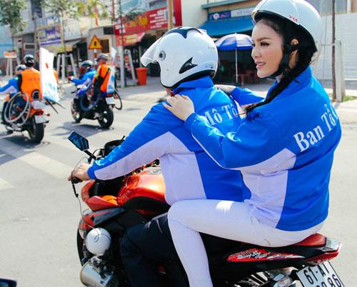Lý Nhã Kỳ ngồi mô tô thể thao gây chú ý đường đua - 5