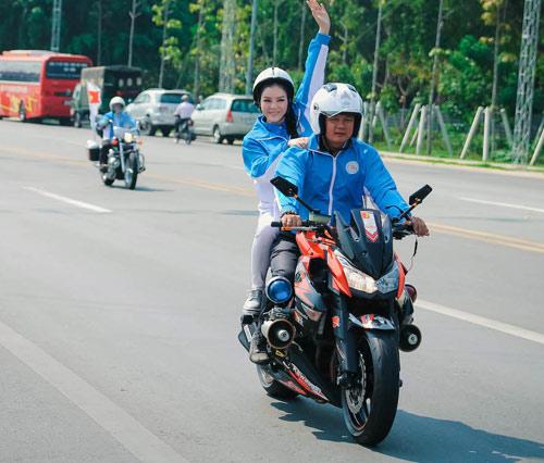 Lý Nhã Kỳ ngồi mô tô thể thao gây chú ý đường đua - 6