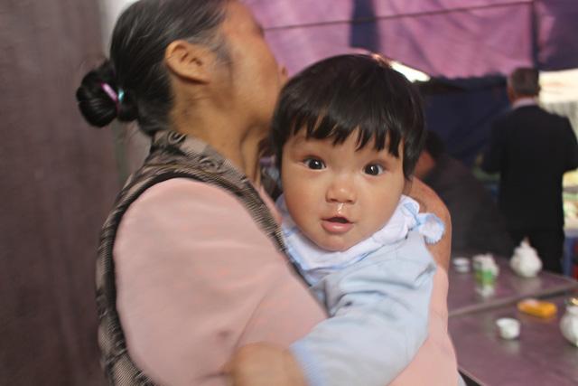 Tiếng khóc xé lòng của 3 đứa trẻ mất cha mẹ vì TNGT - 2