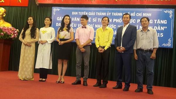 Hoài Linh phấn khởi trong buổi mừng danh hiệu NSƯT - 2