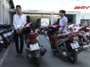 Video An ninh - Hai thanh niên đuổi chém, cướp xe cặp vợ chồng bị TNGT