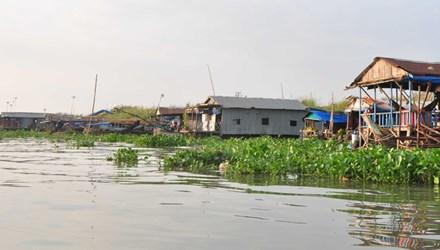 Xóm Việt kiều lay lắt trên sông - 1