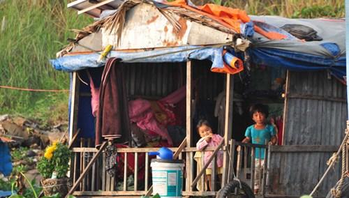 Xóm Việt kiều lay lắt trên sông - 2