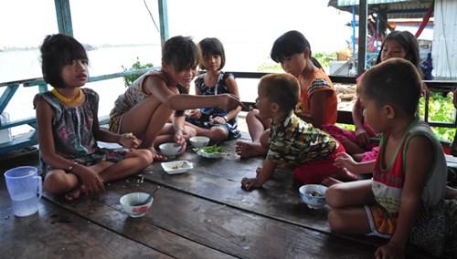 Xóm Việt kiều lay lắt trên sông - 3