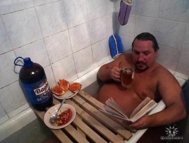 Vừa tắm vừa ăn cho nhanh còn đi làm.