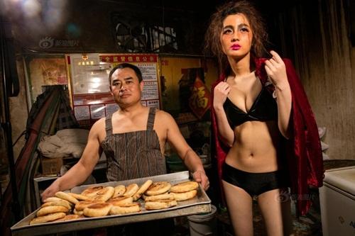 """Mỹ nữ bị """"ném đá"""" vì tạo dáng bên bánh bao - 1"""