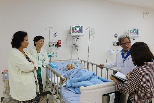 Lấy khối u 13 kg trong bụng cụ bà 100 tuổi - 1