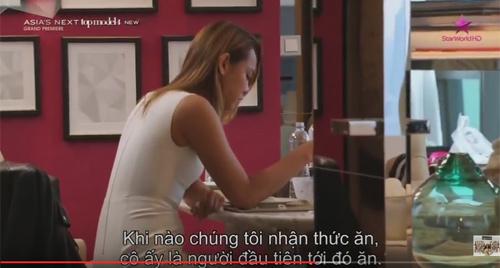"""Mẫu Việt """"siêu vòng 3"""" bị chê ăn nhiều khi thi quốc tế - 2"""