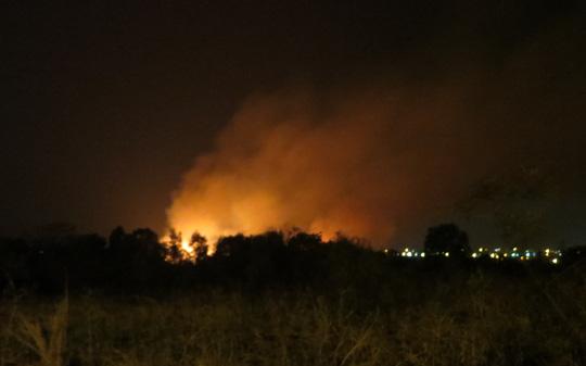 Cháy 11 giờ tại kho đạn cũ, nhiều tiếng nổ long trời - 1