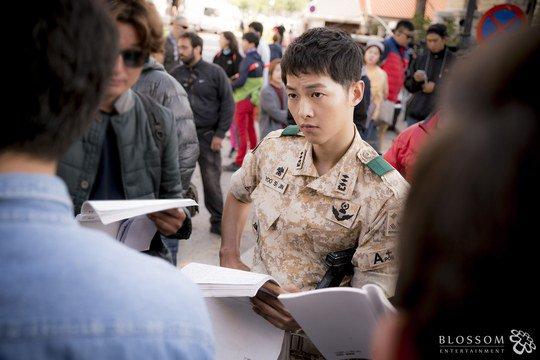 Màn hô hấp nhân tạo của trai đẹp với Song Hye Kyo gây sốt - 4