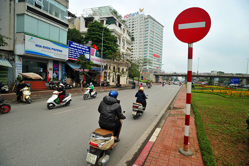 HN: Đường mới thông bỏ không, dân vô tư đi ngược chiều - 2