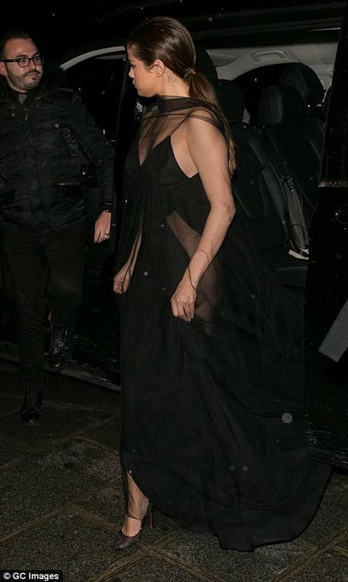 """Selena Gomez hoàn hảo khi diện mốt """"không nội y"""" - 2"""