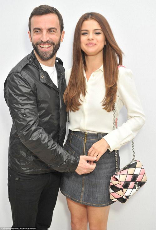 """Selena Gomez hoàn hảo khi diện mốt """"không nội y"""" - 5"""