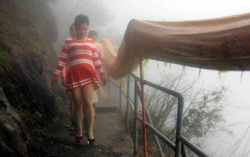 Chiều vợ, chồng mặc váy, đi giày cao gót leo núi - 6