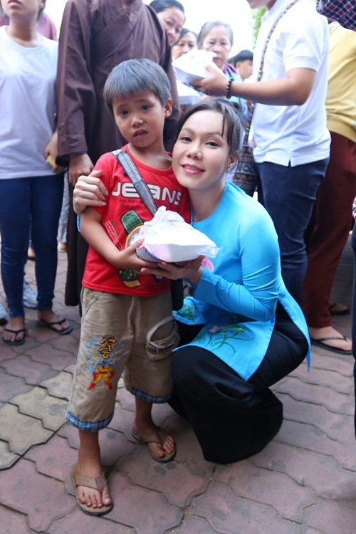 Danh hài Việt Hương khiến người nghèo Đồng Nai xúc động - 8