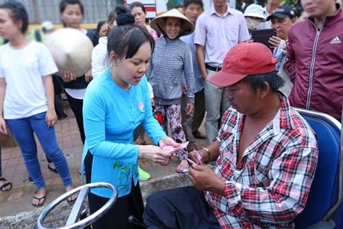 Danh hài Việt Hương khiến người nghèo Đồng Nai xúc động - 9