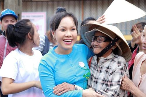 Danh hài Việt Hương khiến người nghèo Đồng Nai xúc động - 1