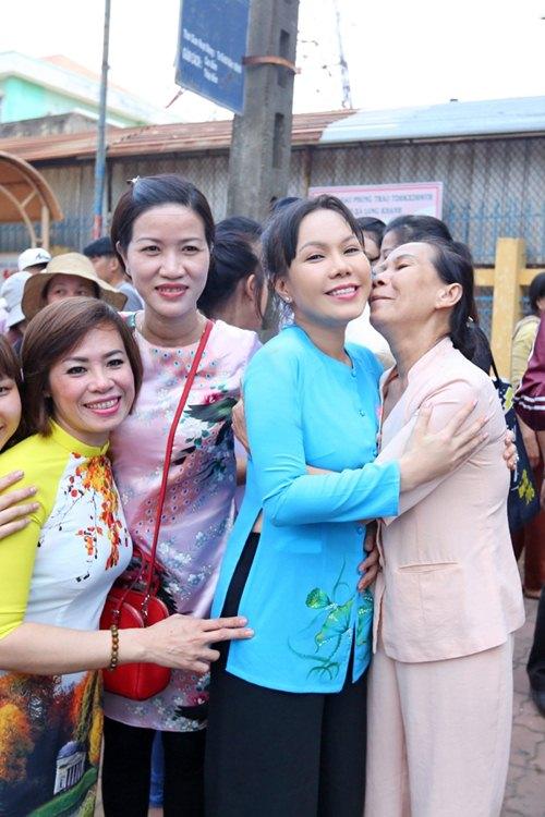 Danh hài Việt Hương khiến người nghèo Đồng Nai xúc động - 4