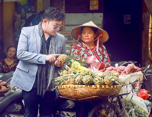 Quang Lê hút thuốc lào, mua hàng rong trên đường HN - 3