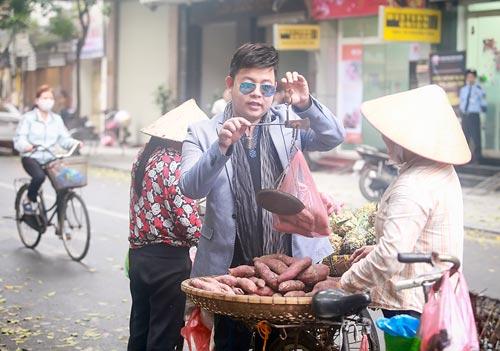 Quang Lê hút thuốc lào, mua hàng rong trên đường HN - 5