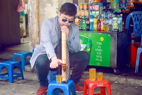 Quang Lê hút thuốc lào, mua hàng rong trên đường HN - 1