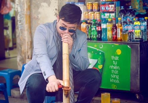 Quang Lê hút thuốc lào, mua hàng rong trên đường HN - 2