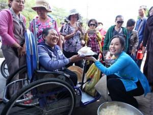 Danh hài Việt Hương khiến người nghèo Đồng Nai xúc động