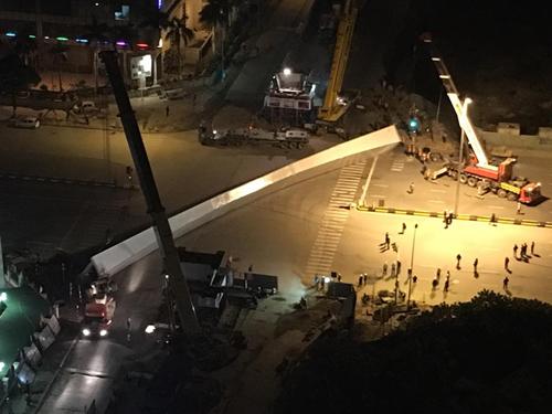Rơi dầm thép khổng lồ giữa đêm ở Hà Nội - 1